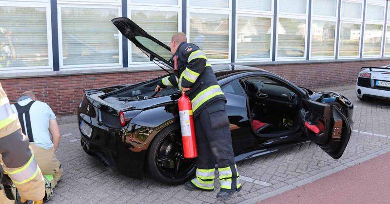 Brandweer rukt uit voor brandje in motor van dure Ferrari