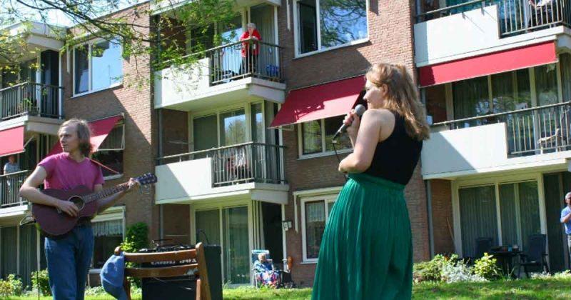 Corona-balkonconcert voor bewoners De Zonnewijzer