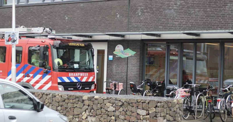 Hulpdiensten-redden-met-hand-tussen-de-deur-vastzittende-kleuter2-_foto_112mediautrecht