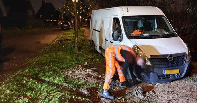 Pakketbezorger-rijd-zich-vast-op-onverhard-voetpad-in-Vleuten-1-foto_112mediautrecht