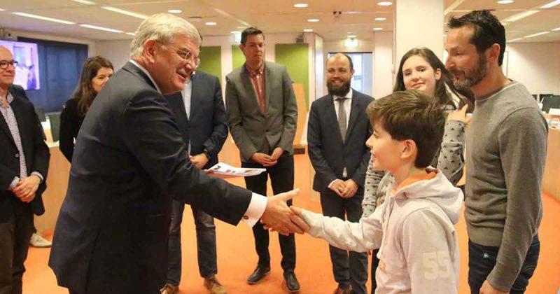 Petitie-voor-veiligere-oversteek-Heldammersingel-overhandigd-aan-burgemeester